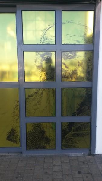 Porte de la gare de Vernon ornée d'un portrait de Pissarro