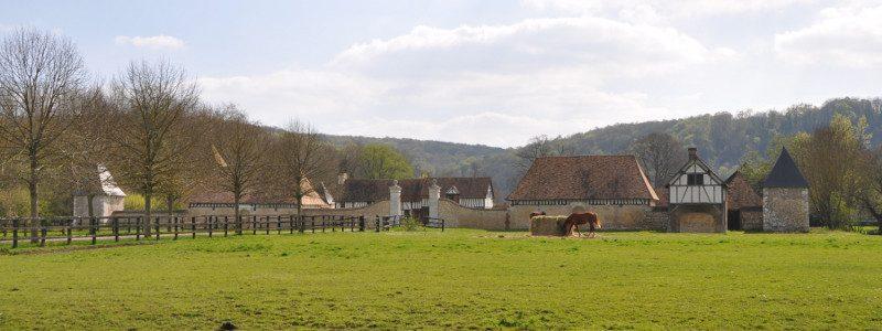 Ferme en vallée d'Eure, chevaux au pré.