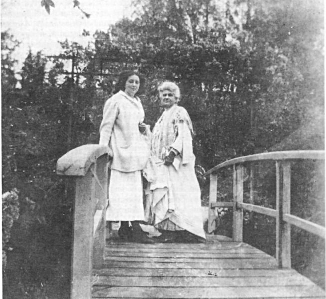 Alice Hoschedé Monet, seconde épouse de Claude Monet, et sa petite fille Lily Butler sur le pont japonais de Giverny, été 1910. Collection Monet, archives du musée Marmottan
