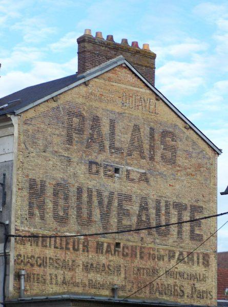 publicité peinte à Vernon pour le Palais de la Nouveauté à Paris