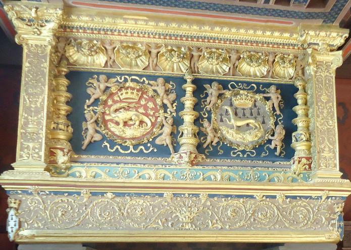 Cheminée du château de Blois portant les emblèmes de la salamandre et de l'hermine