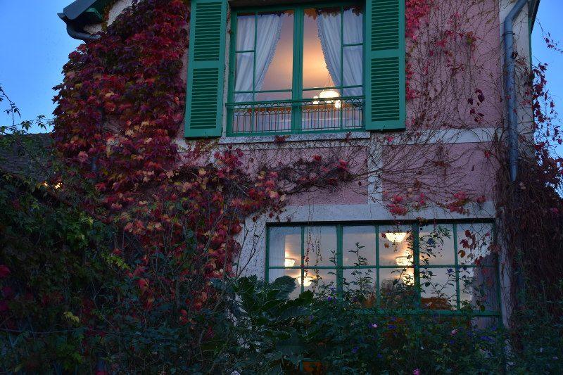 Maison de Monet à Giverny à la nuit tombante