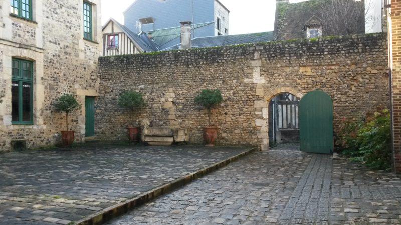 Honfleur, cour du manoir de Roncheville