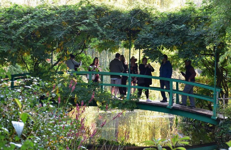 Visiteurs sur le pont de Monet à Giverny
